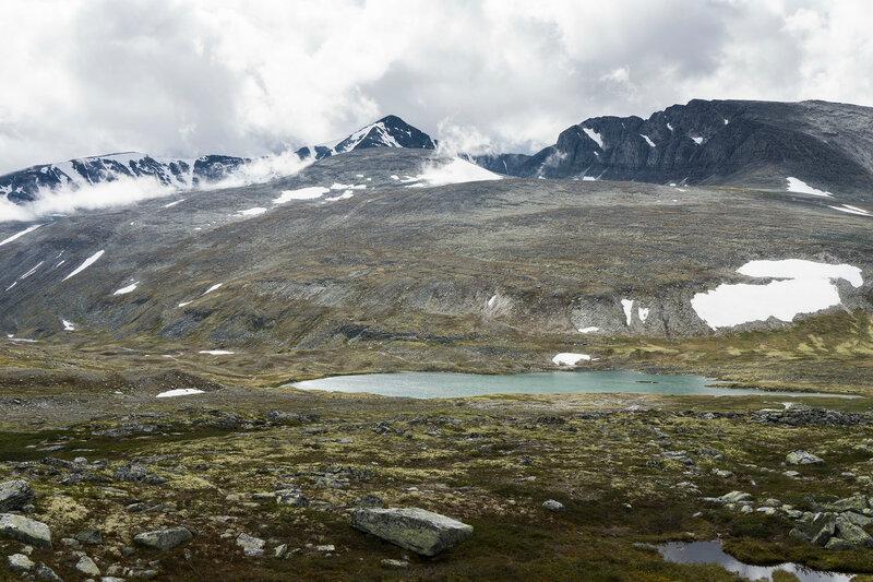 пейзаж над долиной Rondvassdalen и горы Smedhamran и Veslemeden в горах Рондане (Rondane)