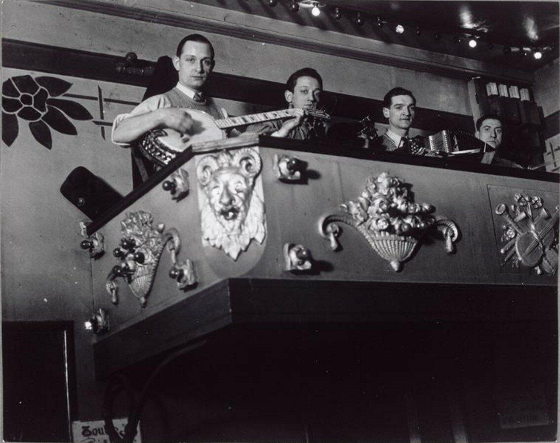 1932. Оркестр в дансинге на рю де ла Монтань Сент-Женевьев.
