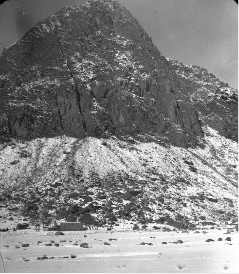 Гора в устье реки Музарт на западе