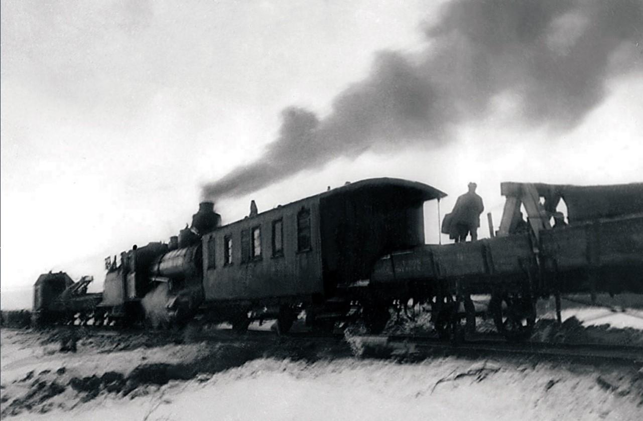 Первый рабочий поезд прошел через станцию Пудость (направление «Ленинград—Гатчина») по восстановленным железнодорожным путям, которые были взорваны врагом в январе 1944. 17 января