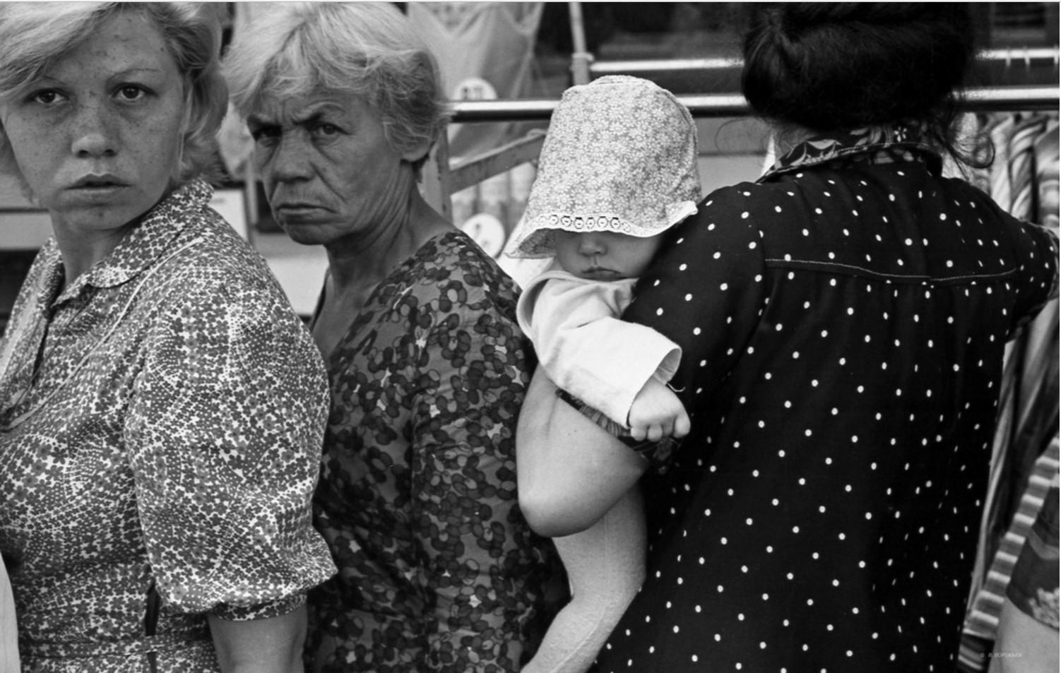 1982. Очередь на приступках универмага. Новокузнецк