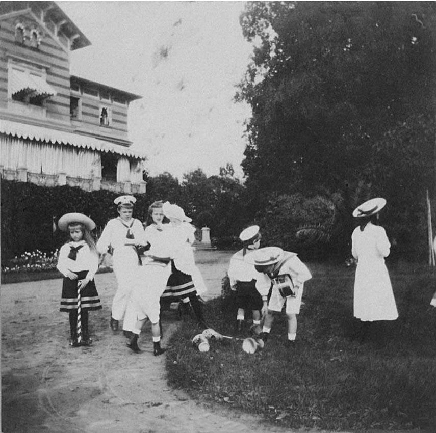 1908. Дети в Нижней даче