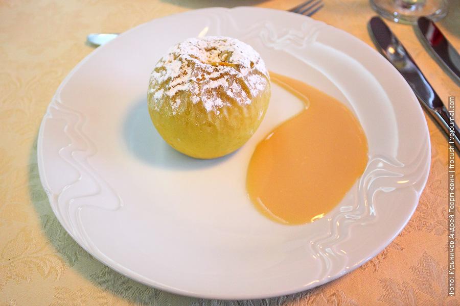 Яблоко запеченное с изюмом и орехами