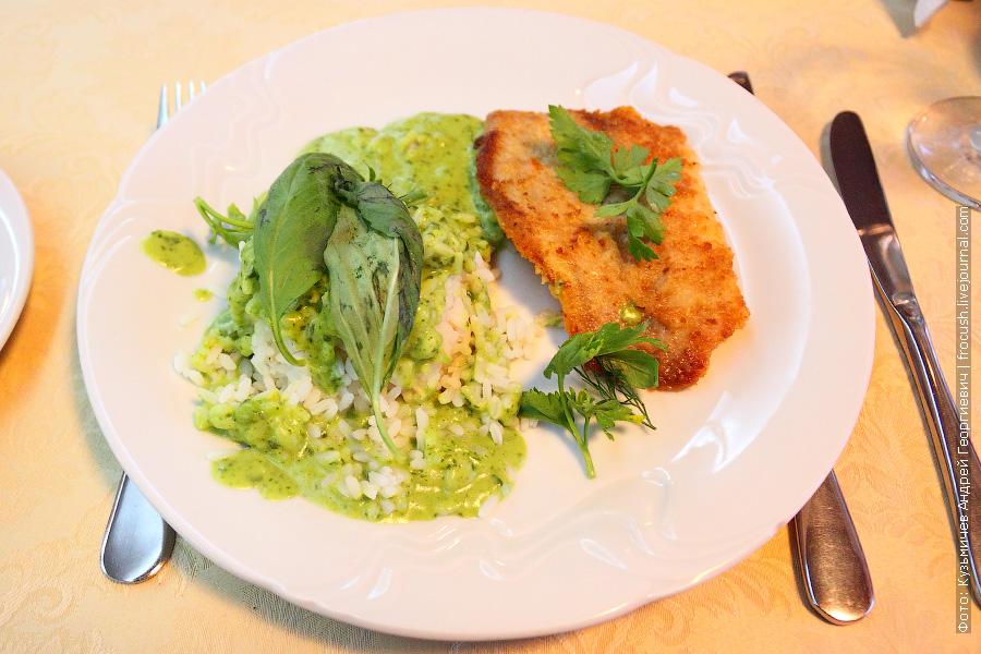 Рыба жареная (тилапия), рис отварной, сливочный соус со шпинатом, лимон