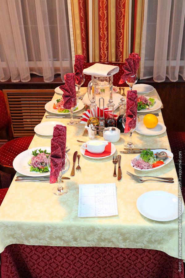 Стол в ресторане теплохода «Н.А.Некрасов»