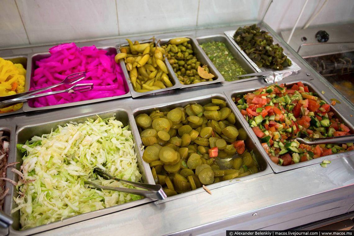 16 А как же люля-кебаб, спросите вы? Да, эти маленькие колбаски на шампурах здесь тоже продаются. Да