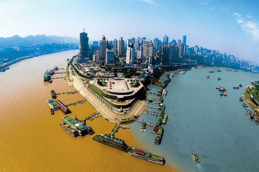 Река Цзялин справа тянется на 119 км. В городе Чунцин она впадает в реку Янцзы. Чистые воды Цзялин в