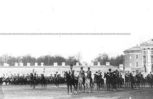 Император Николай II с офицерами направляется на парад полка.