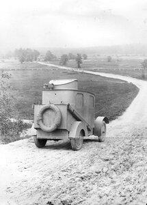 Бронированный автомобиль батальона на дороге во время пробега(вид сзади).