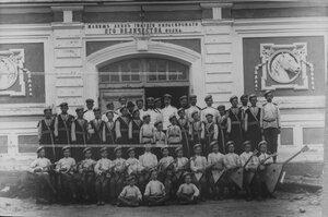 Хор певчих и оркестр воспитанников лейб-гвардии Кирасирского Его Величества полка у манежа.