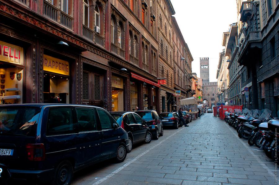 в Болонье очень много мотороллеров