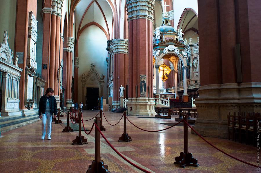 В главной части церкви сохранились скульптуры 1425-1438 годов