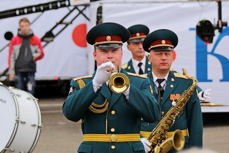 трубач оркестра «Северная Звезда» под управлением начальника военно-оркестровой службы соединения лейтенанта Александра Гаврилина