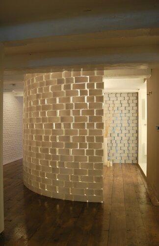 Межкомнатная перегородка из прямоугольных стеклянных ваз