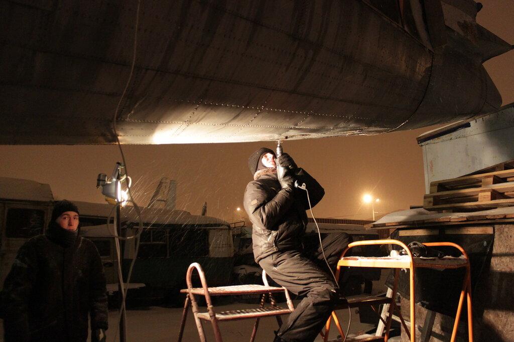 Евсеенко Сергей отсверливает обшивку на хвостовой части Ил-14