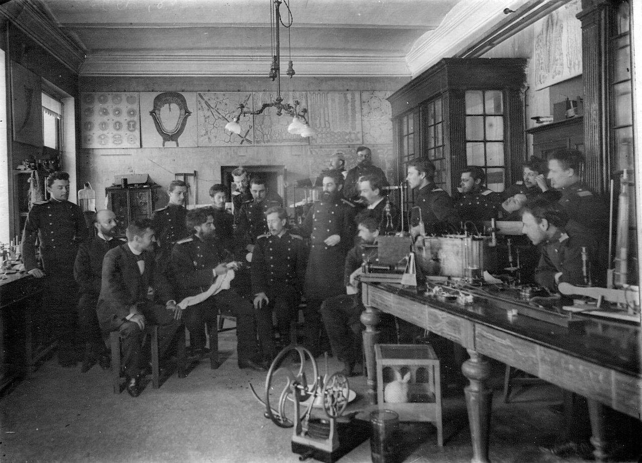 55. Группа студентов на занятиях в лаборатории академии