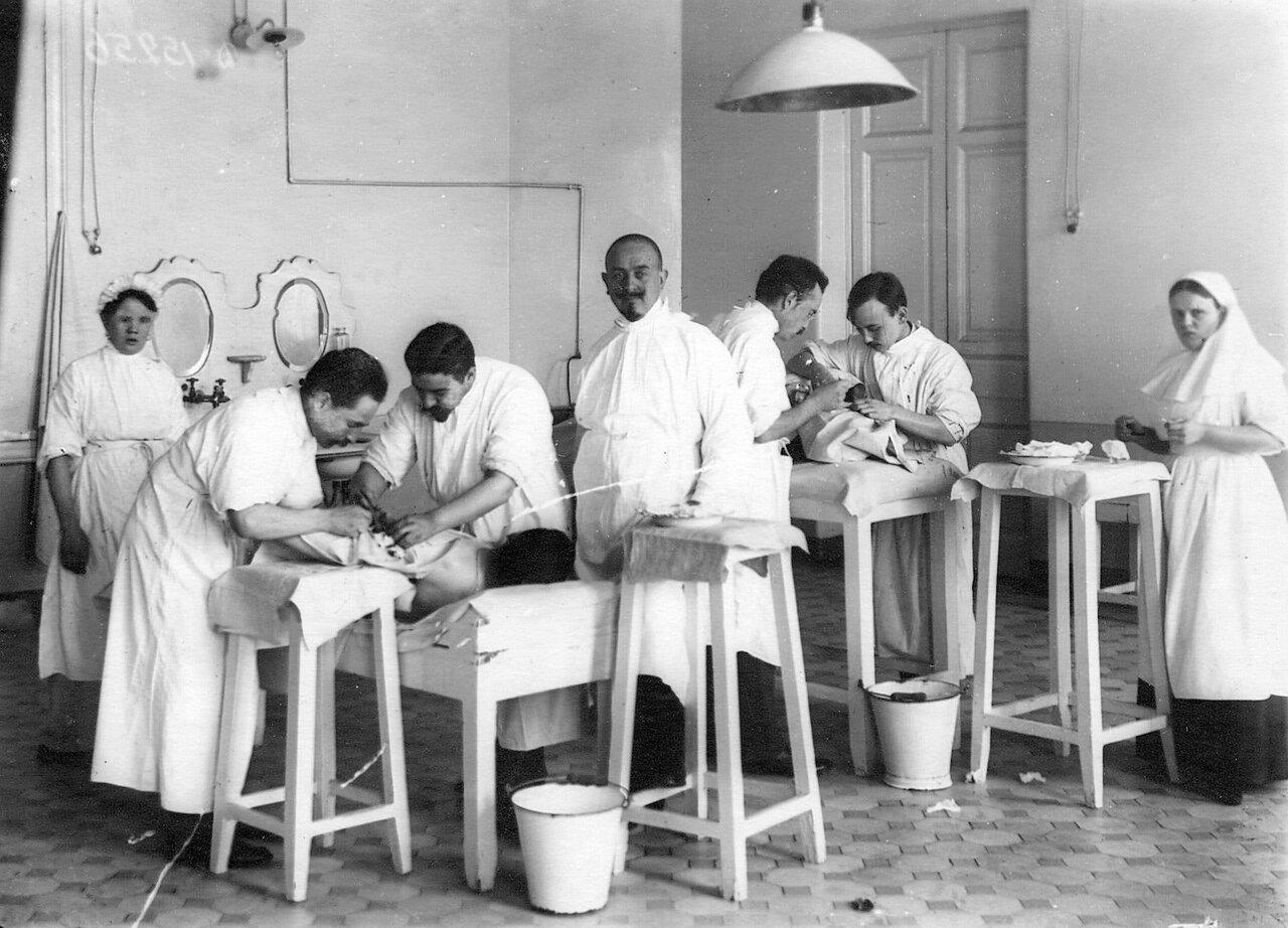 80. Группа слушателей академии на занятиях в перевязочной