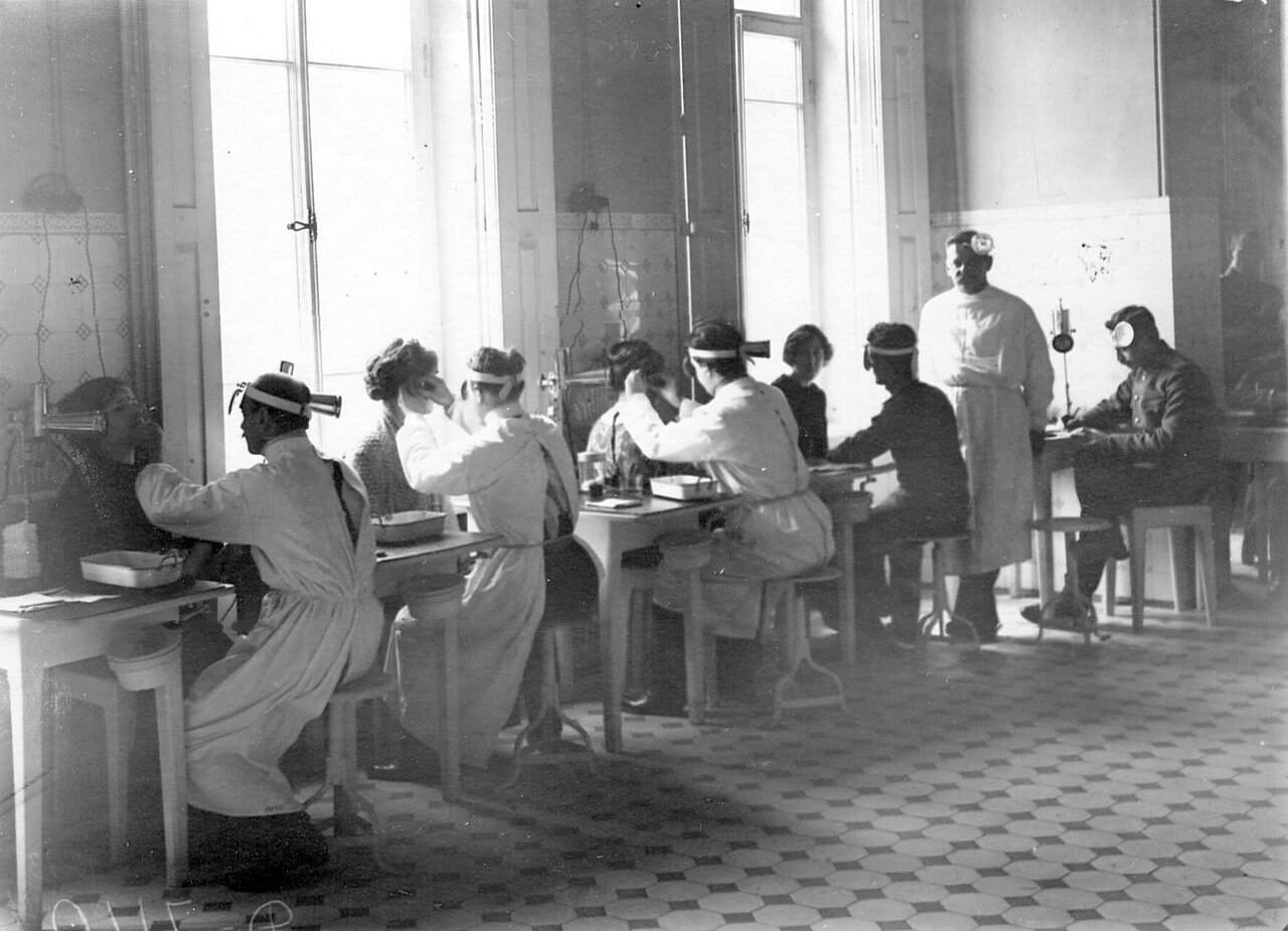 107. Слушатели старших курсов принимают больных в кабинете оториноларингологической клинике академии