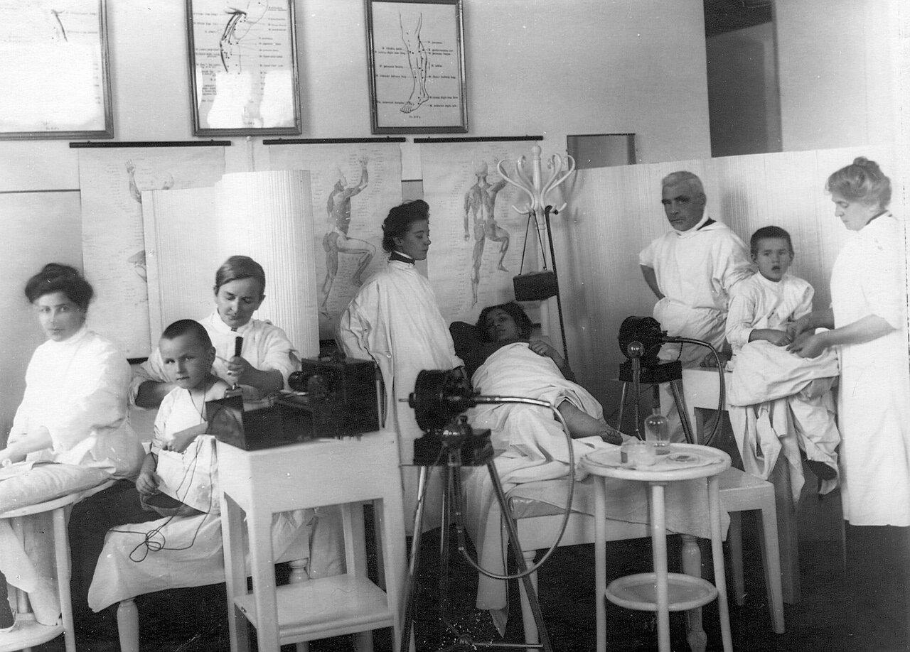 115. Лечение больных в ортопедической клинике академии 3-ий справа - профессор Г.И.Турнер (Боткинская улица,1)