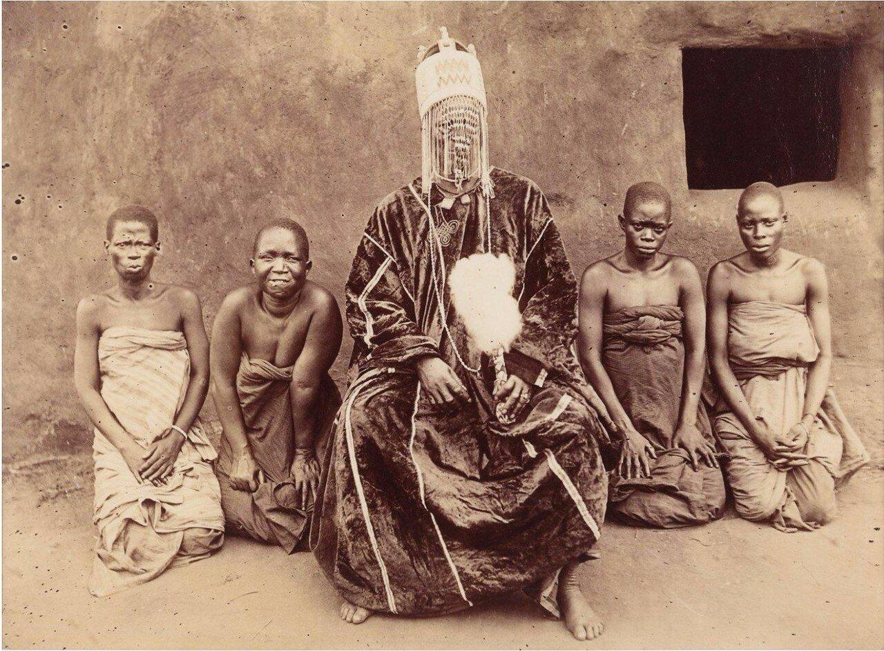 1890. Король Бихуазин со своими женами. Абомей, Дагомея.