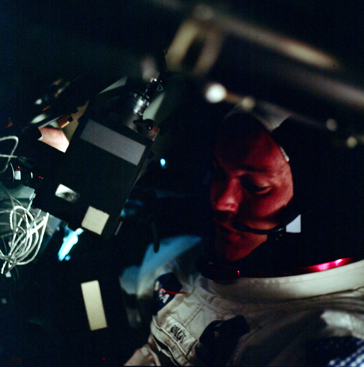 1969. В этот же день, по предложению Армстронга, с борта корабля была проведена первая незапланированная телетрансляция, которая записывалась на станции дальней космической связи Голдстоун, в Калифорнии, и затем была ретранслирована в ЦУП в Хьюстоне