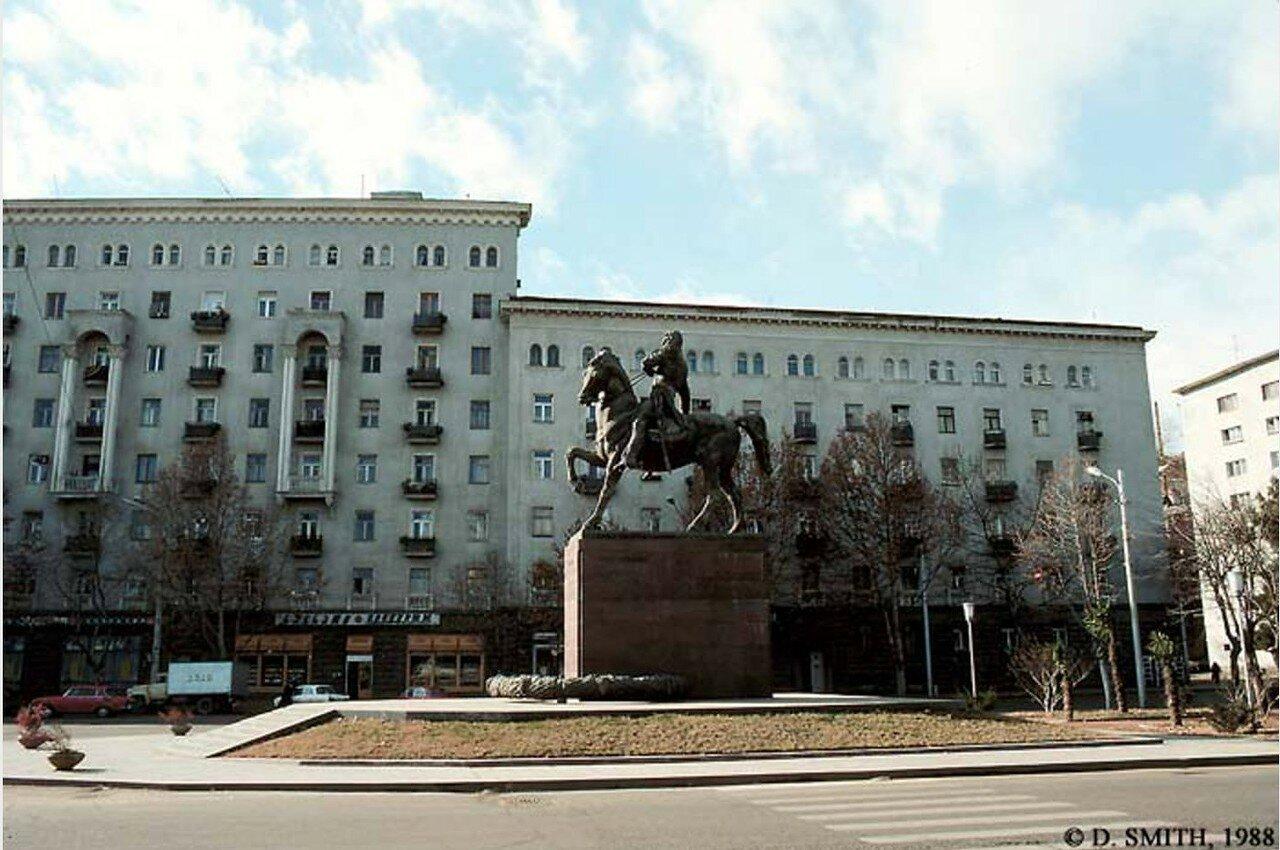 Каспи. Памятник Георгию Саакадзе