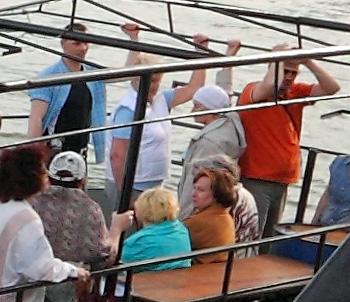 женщины и дети на борту катера Рэйнджер в Ростове-на-Дону