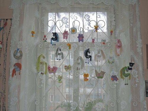окно с фигурками.JPG