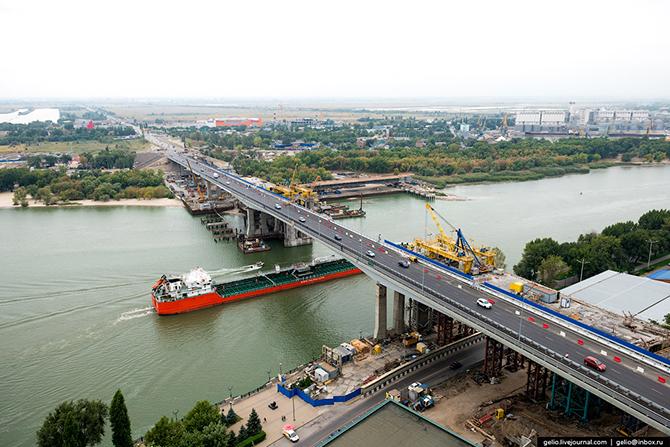 Новый Ворошиловский мост и демонтируемый старый.