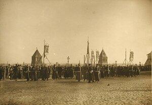 Представители земств в ожидании императора у Успенского собора