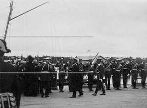 Император Николай II и императрица Александра Федоровна, прибывшие на яхте Штандарт, обходят встечающих их офицеров Уланского полка.