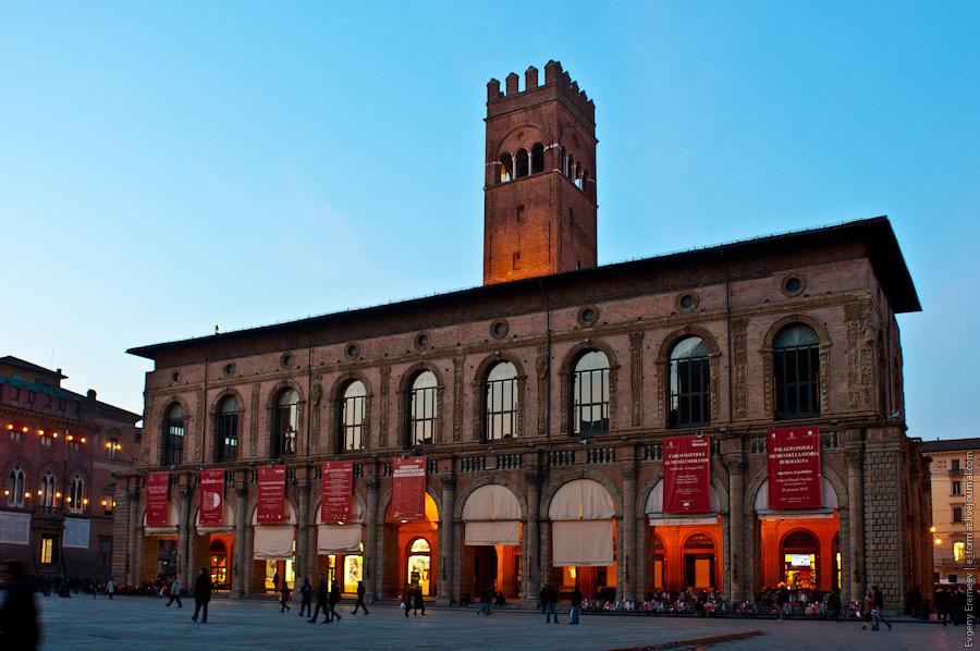 Площадь окружена старинными зданиями.