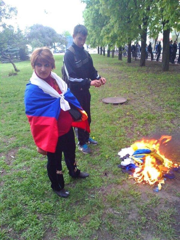 ватники сжигают флаг украины луганск