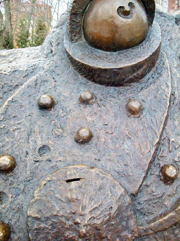 Прорезь для монет под глазом жабы