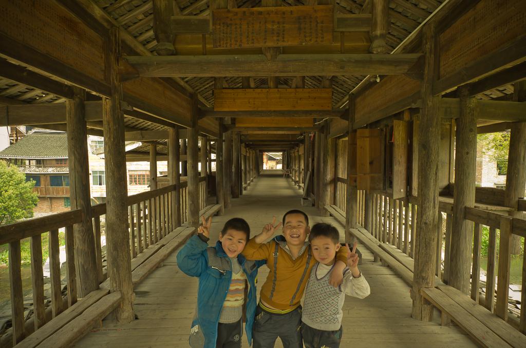 6. Три товарища. Экскурсия в деревню Ма'ан (Ma'an) в Китае. Снято на Nikon D5100 и объектив Samyang AE со следующими настройками: 14mm f/2.8 ED AS IF UMC, 1/10 сек, 0 eV, режим «А», f/10, ФР=14 мм, светочувствительность 100.