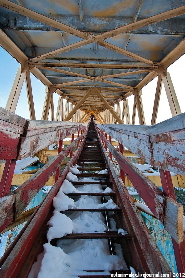 Лестница под трамплином. Вид вверх