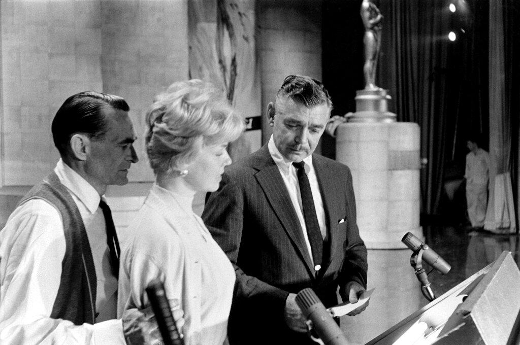 Кларк Гейбл получает письменную инструкцию как вести Оскар