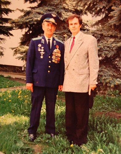 Дедушка в форме слева