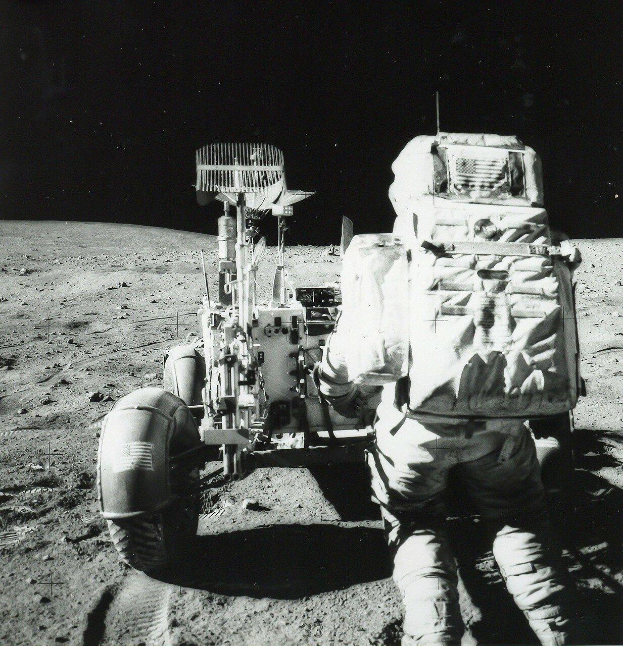 Под занавес работы в этом месте Хьюстон попросил астронавтов подобрать большой камень, лежавший недалеко от «Ровера». На снимке Джон Янг на краю кратера Плам