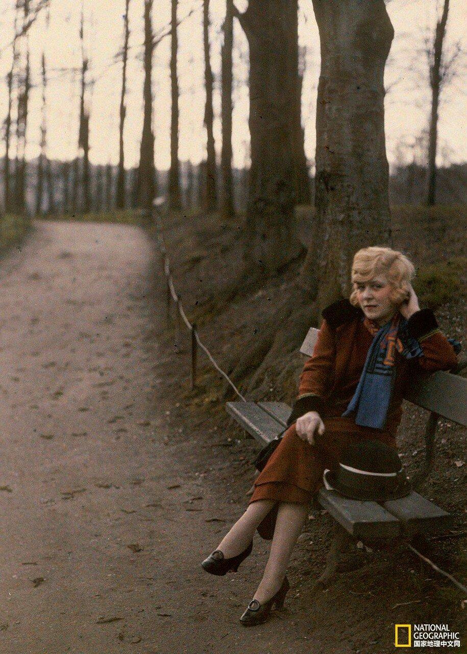 1925. Франция. Молодая девушка позирует на парковой скамейке в Лионе