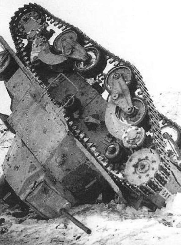 Перевернувшийся итальянский танк Carro Armato L6/40.