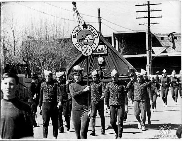 Школьники на первомайской демонстрации..На дальнем плане строительство ЮБИЛЕЙНОГО ....60е