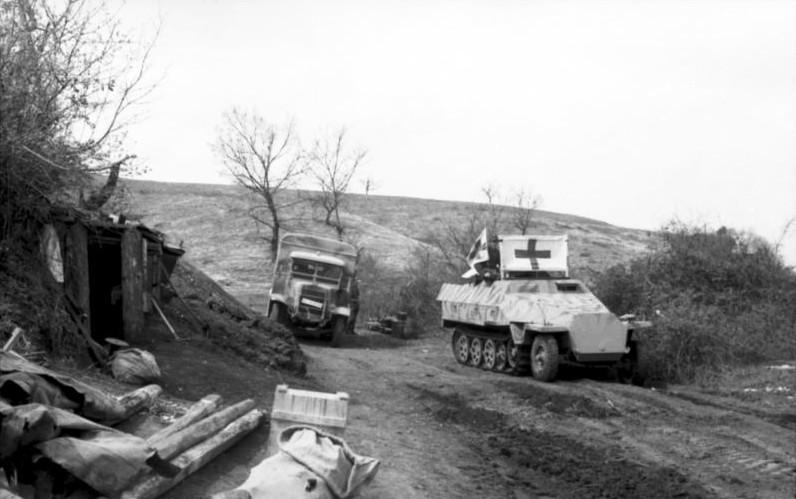 Bundesarchiv_Bild_101I-580-1989-10,_Italien,_Schützenpanzer_mit_Rotkreuzflagge.jpg