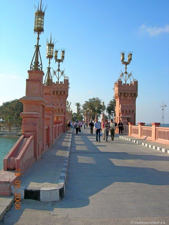 Египет. Александрия. Мост через пролив в Средиземном море.