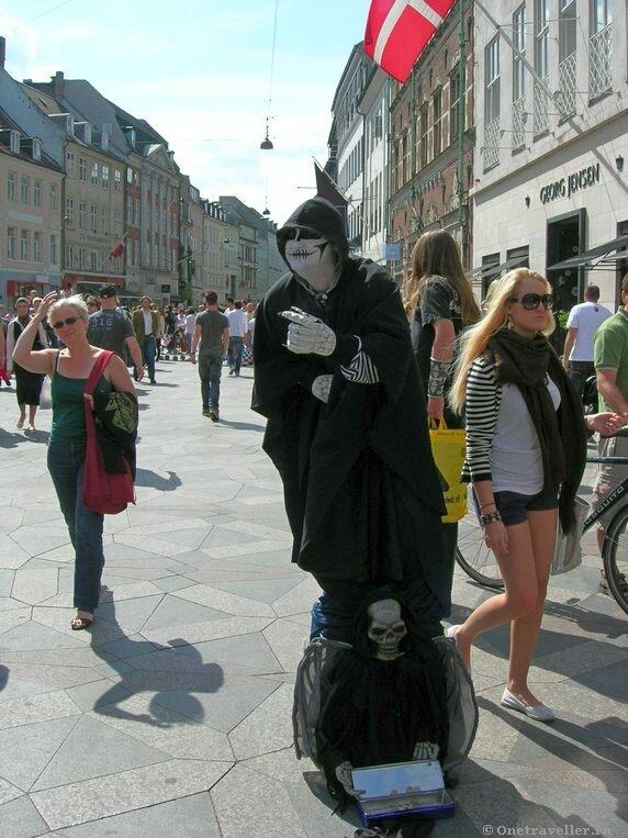 Дания. Копенгаген. Воплощение смерти на пешеходной улице.