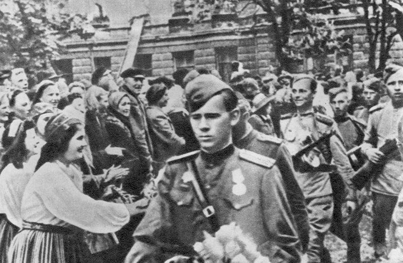 Колонна советских 152-мм гаубиц-пушек мл-20 в освобожденном таллинеbr / сентябрь 1944