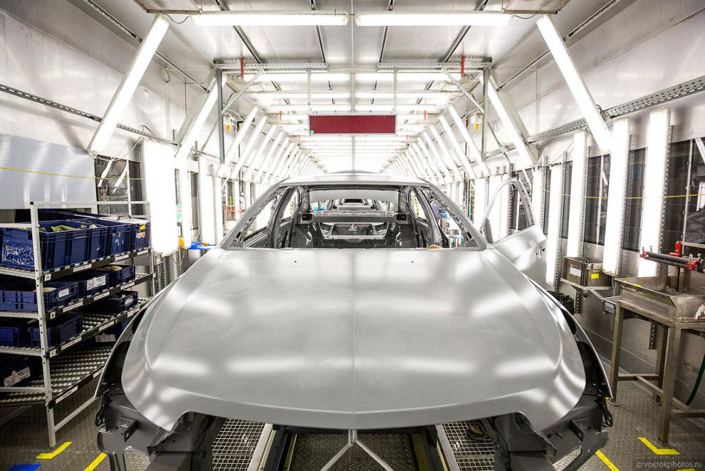 21. Далее наносятся герметик и звукопоглощающие материалы, которые защищают автомобиль от прони