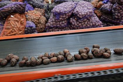 В РФ занеделю подорожали водка, картофель исоль