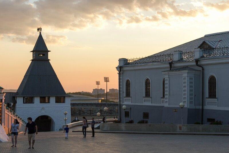 Преображенская башня и здание Манежа в Казанском кремле