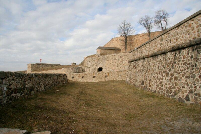 Цитадель, крепостные стены и кронверки крепости Мон-Луи